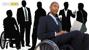 jonge man in pak in rolstoel